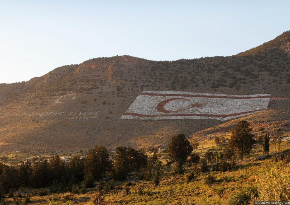 Флаг республики северный Кипр.